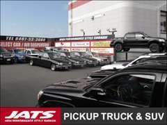 ハイラックスをはじめ、ピックアップトラック&SUVを常時大量在庫。近くに第二展示場もあり、たくさんの車を見比べられます。