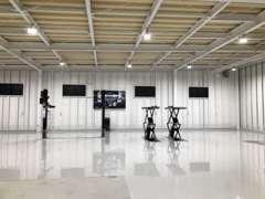リフト3基を備えた認証工場を併設、ご購入後のアフターも安心。