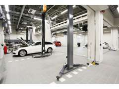 明るく広々とした併設ファクトリーでは、最新の設備を導入。安心の納車前点検・整備を実施し、お車をお引渡し致します。