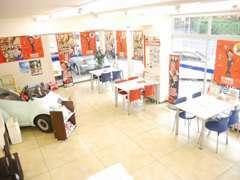明るい店内にはキッズコーナー、無料ドリンク自動販売機もございます!