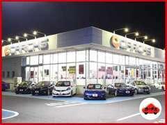 夜でもピッカピカーのカーチスです。店舗も車もピッカピカー!夜でも車の細部まではっきりくっきり!安心してご購入できます。