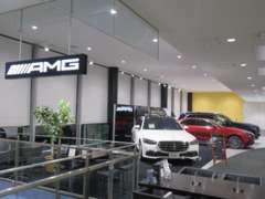 展示車を豊富にご用意し、皆様のご来場をお待ちしております。新車・認定中古車にサービス工場を併設した店舗です。