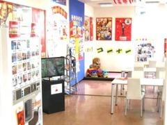 カーチス豊田、店内画像です。ママさん安心キッズスペース完備!広々商談ルーム、フリードリンク有りゆっくり商談できますよ。
