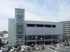 メルセデス・ベンツ東名横浜のシンボルとなっているメインタワーです。東名横浜町田インター降りて八王子方面、すぐ左手です。