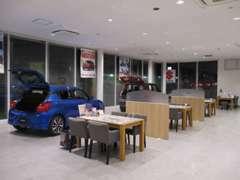 広い空間で快適なショールームなっております。大型モニターやドリンクサービスもございます!