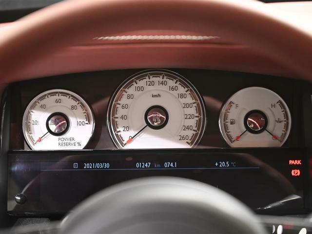 中央は速度計、左にパワーメーター、右には燃料計が配されています
