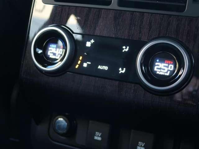 【4ゾーンクライメートパック】運転席・助手席・2列目でそれぞれ好みの温度設定が可能です。天候に関わらず、車内はいつも快適な温度を保つことができます!