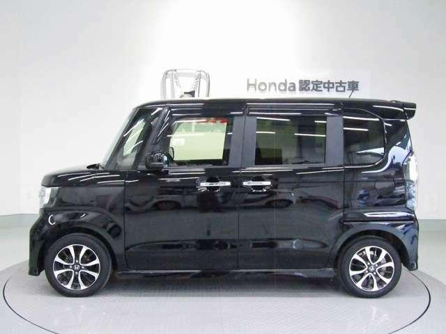 通常は後席下にある燃料タンクを前席下へ配置するHONDAの特許技術。広さとともに、重心が車体の中心に近くなることにより、安定感のある走りにも貢献。