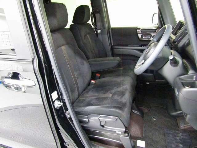 フロントシートはベンチシートです、運転席と助手席の移動が簡単です。真ん中には肘掛けも装備されています!