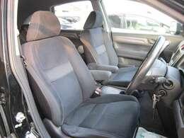 ★フロントシートです。運転席には座面の上下調節が可能なハイトアジャスターが装備されております。年式の割に走行距離が少なく綺麗な状態です。
