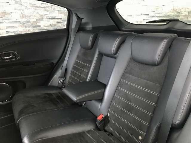 後部座席も広々とした空間がございます。