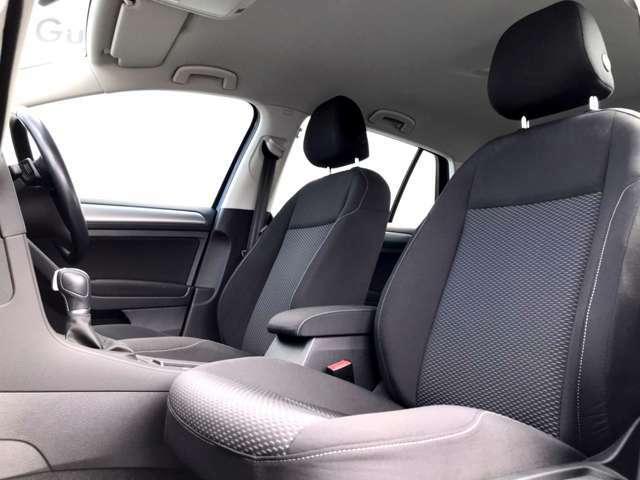 フロントシート。人間工学に基づいて設計されたフォルクスワーゲンのシートはしっかりと身体をホールドし、長時間走行でも疲れにくいデザイン。