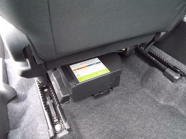 減速中に発電した電気を蓄えるリチウムイオンバッテリーを助手席シート下に搭載☆蓄えた電気はハイブリッド走行時のモーターアシストなどに利用されます♪