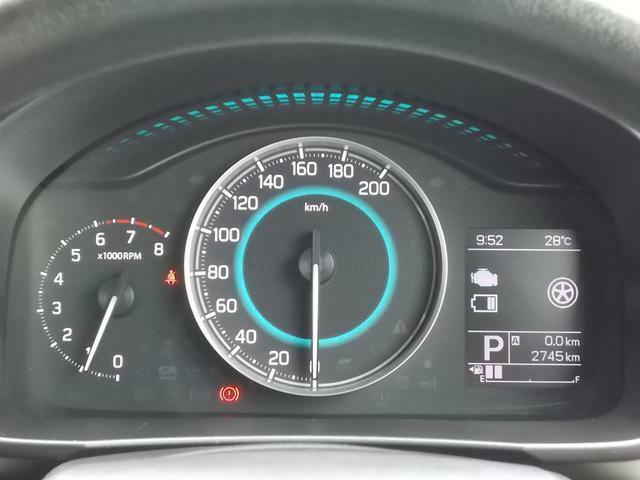 ブルーからグリーン、ホワイトに変化する照明の色でエコドライブをサポートするメーターパネル★液晶ディスプレーには様々な車両情報を表示出来ます♪