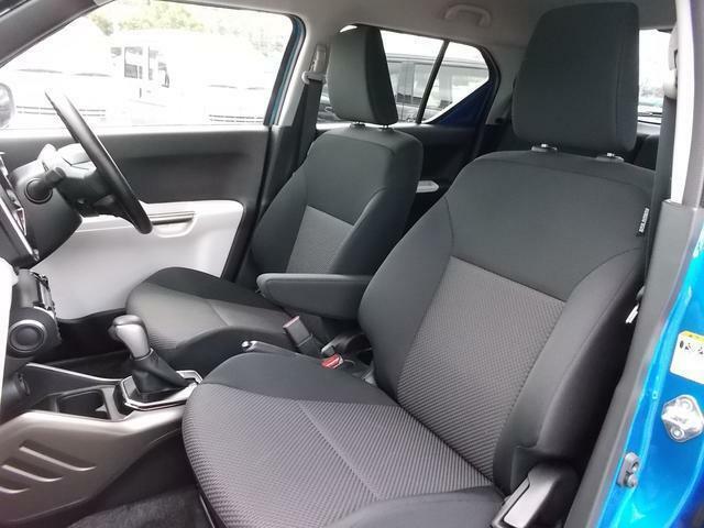 運転席シートにはアームレストも装備!両席にサイドエアバッグも装備されています♪