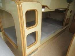 常設2段ベッドサイズ 上下段共に長さ185cm幅86cm 家具材がハシゴの役割を兼ねています。