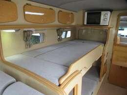 2段ベッド部分は横座りソファとして2名分の定員が確保されています。ワンタッチで2段ベッドへ展開可能です。