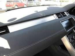 当社では165項目の厳格な審査を実施し、メーカー基準をクリアした認定中古車を販売しております。 快適で安全なドライビングを支える純正部品を使用し、整備を実施しております。