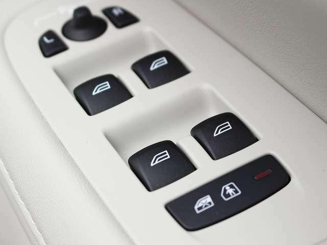 リアドアのチャイルドロックはドライバーがボタンひとつで操作が可能です。小さなお子様がいるご家庭では大変便利で安心です。