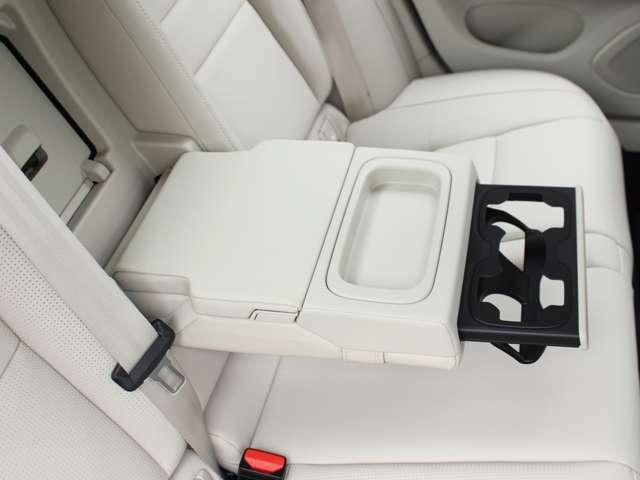 リアシー用の大型アームレストとカップホルダーでロングドライブも快適です。