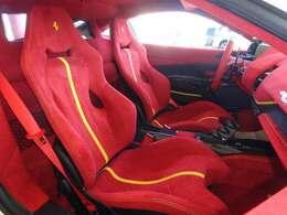 ◆カーボン製レーシングシート ◆シートリフター ◆スペシャルカラードステッチ:Giallo ◆跳馬刺繍ヘッドレスト:Giallo ◆カラードセーフティベルト:Rosso