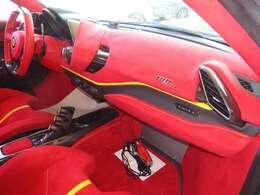 ◆セントラルシート アルカンターラ仕上げ:Rosso FX ◆室内カーペット アルカンターラ仕上げ:Rosso FX ◆カラードインナーディテール:Giallo ◆カラードステアリング:Rosso Ferrari
