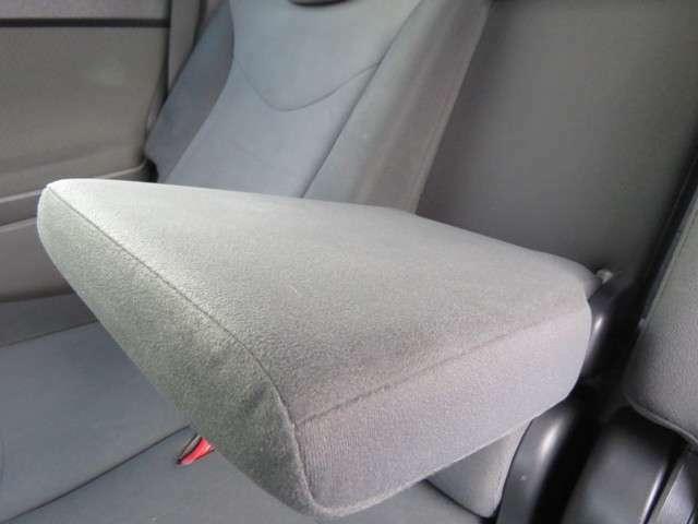 後部座席にもアームレストが備え付けられています♪