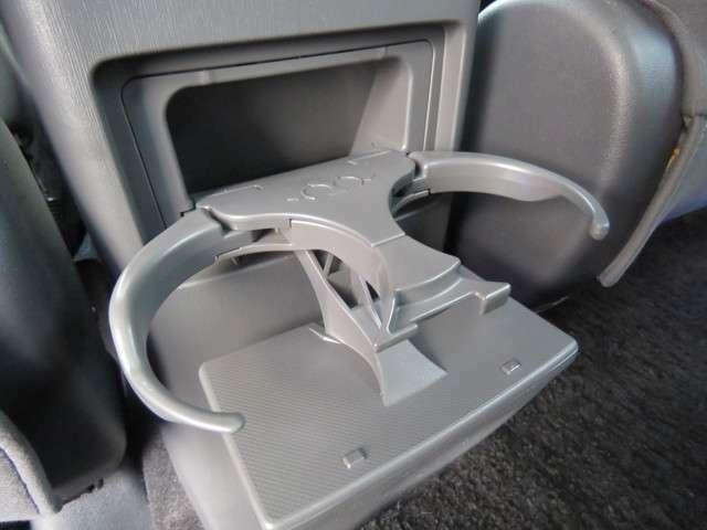 後部座席にはドリンクホルダーも完備!