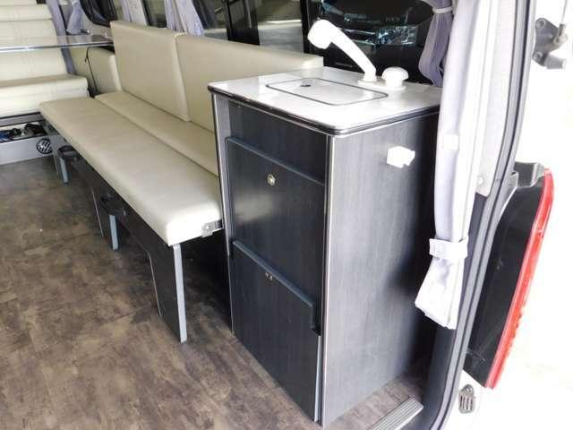 シンクはシャワーヘッド引き出し式で車外での使用も可能です。ポリタンク各19L給排水