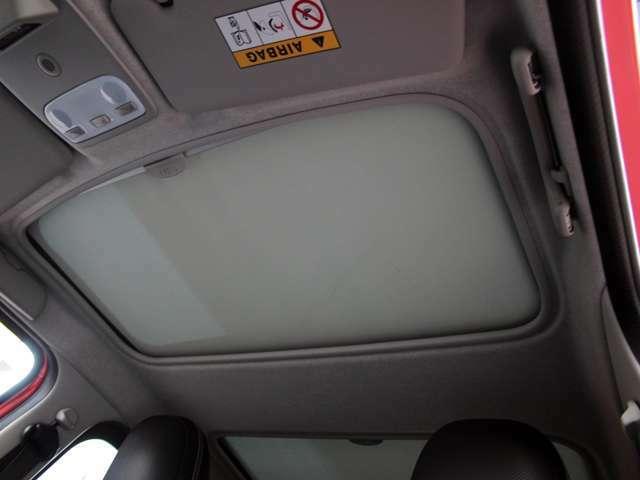 室内が明るいガラスルーフです。天井内張りに目立つシミや汚れはございません。詳しくはフリーコール0078-6002-080898