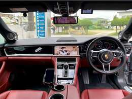内装はブラックとレッドの本革オプション仕様となっております。新車時にインテリアコーティングを施工していますので、大変綺麗な状態をいじしております。ハイエンドオーディオをフルシステムで装着しております。