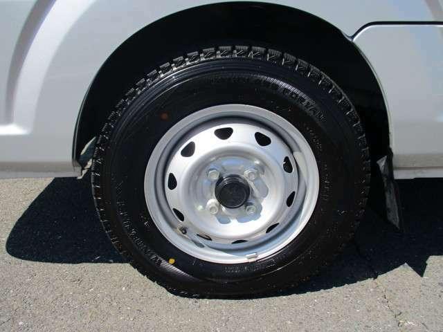タイヤがスタッドレスタイヤです。(まだまだ充分使用可能です。普通タイヤの装備なし)◆タイヤ・アルミホイールなどのご相談もお気軽に!中古のタイヤ・ホイールなどのご紹介もさせていただきます!