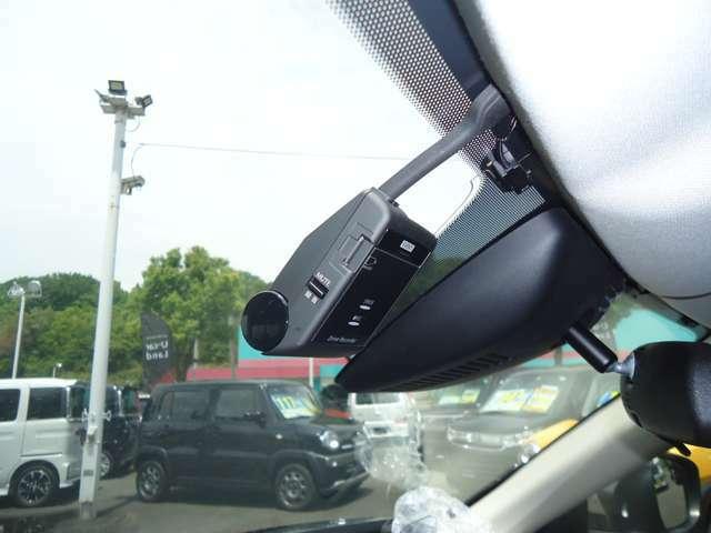 ドライブレコーダー、安全運転の意識向上に。エンジン始動に電源オンになり、録画を開始。