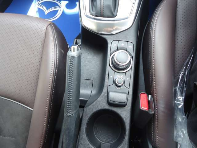 コマンダーコントロール 手もとを見ることなく操れるようシンプルで使いやすく安全運転に一役。
