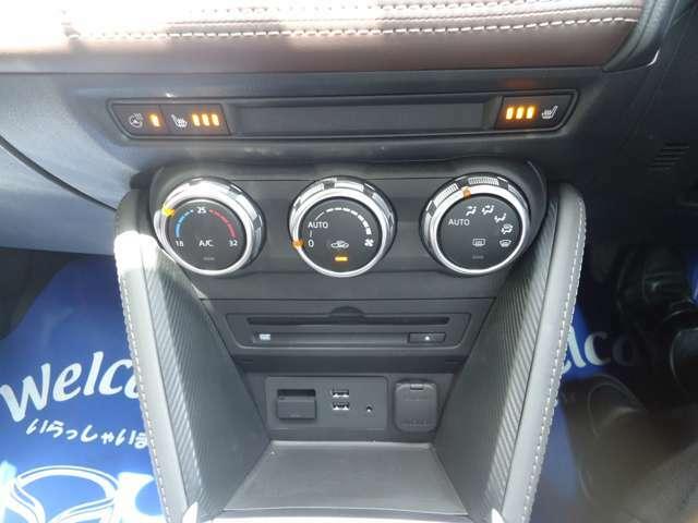 エアコンはオートエアコンになっていますので、温度調節さえしていただけば、快適な室内空間になります!エアコンの上にシートヒーターのスイッチが付いています☆