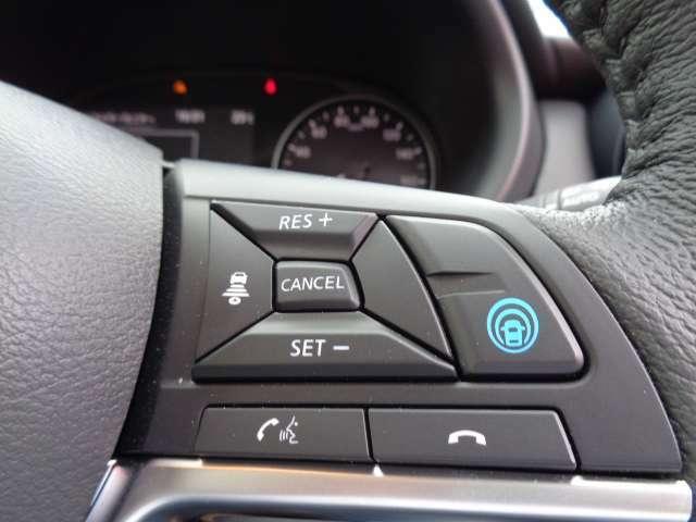 プロパイロット☆搭載されているセンサーやカメラを駆使して、高速道路で感じるストレスを軽減できます。いくつかの条件が整えばアクセル、ブレーキ、ハンドル操作を車がサポートし、前方の車を追従します