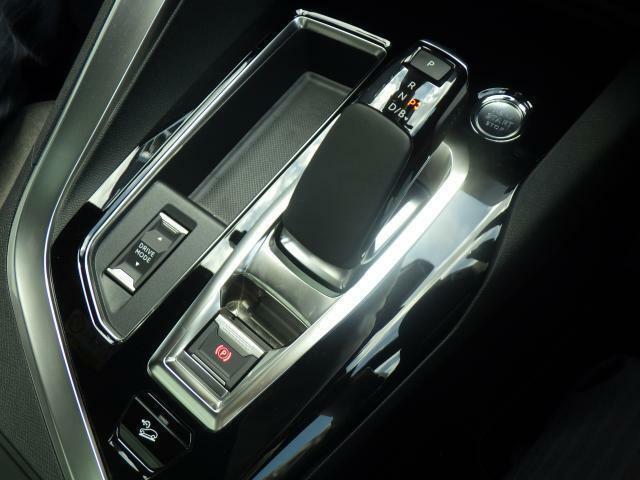 アイシン製8ATのマニュアルモード付きシフトレバーです。アドバンスグリップコントロール機能が備わっております。駆動システムを切り替えることでスムーズな走りが可能です。
