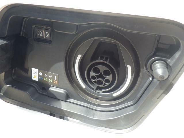 コンセントタイプ普通充電(200V 3Kw)約5時間となります。ウォールボックスタイプ普通充電(200V 6kw/3kw)約2.5時間となります。