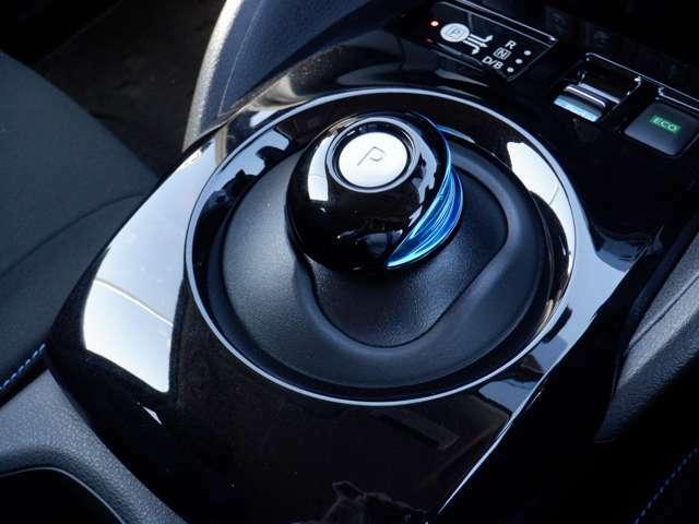 【電動パ-キングブレ-キ】ブレーキペダルを踏み込み、電動パーキングブレーキスイッチを引き上げると作動、押し下げると解除されます。シフトとアクセル操作に連動して、自動で作動または解除もされます。