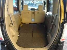 シート両方を倒すと広々とした空間に。様々な用途に使えるのでとても便利です。