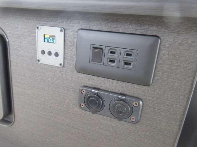 電圧計に400Wインバーター 外部電源付き!DCソケットとUSBも装備しております!ベットの傍についており、就寝中に携帯も充電できますね!