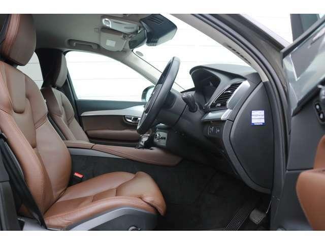 運転席助手席には、標準装備のシートヒーターが装着され、さらに運転席はメモリー機構付電動シートで、ドライビングポジションの設定、登録が可能です。3列シートへのアクセスも広々です。