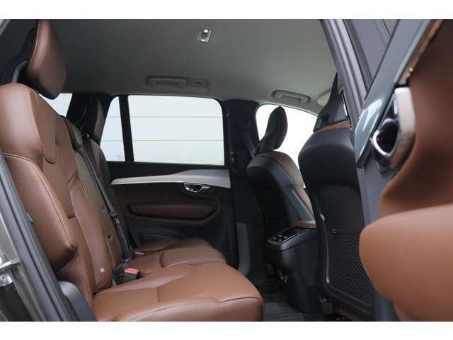 中央背もたれ部には、肘掛、カップホルダーが装備され快適なドライブをお約束いたします。また、ISO-FIX(アイソフィクス)により、簡単にチャイルドシートの装着が可能です。