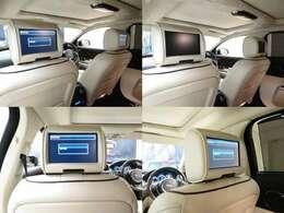 後席には独立した8インチのモニターを装備しております。それぞれ専用のヘッドホンにて独立した音声でプライベートな空間をお楽しみいただけます。