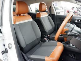 ホールド性を確保しながら、幅広で心地良い柔らかさを持ったフロントシート。
