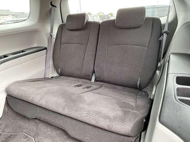 3列目シートも足元ゆったりで、しっかり座っていただけるシートになっています☆フル乗車人数7人ですので、ご家族やお友達と集まったときでも1台で移動することができます!!