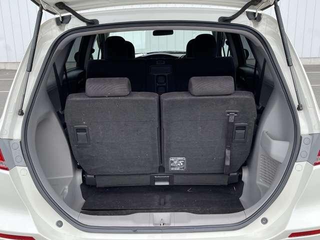 リアシートの後ろにはラゲッジスペースが確保されています^^フル人数乗車時でも荷物を積むスペースが確保されていますので安心です!!