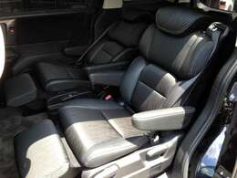 高級感あふれるオットマン付きハーフレザー・プレミアムクレードルシート! 中折れ機能搭載でリクライニングの角度の調整幅が無限大です! 飛行機のエコノミーシートの座席のような高級感を味わえます!