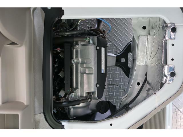 フロントシート下にエンジンがあります。