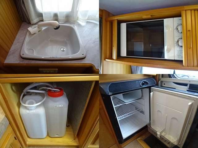 キッチンスペースには、シンク(給排水各19Lポリタンク)・電子レンジ・DC40L冷蔵庫付き♪